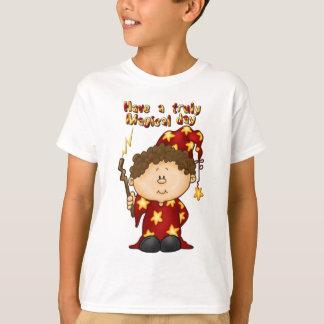 petit garçon de magicien magique dans une robe