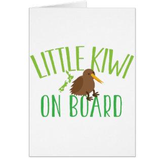 Petit kiwi à bord de (maternité mignonne de la carte de vœux