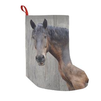 Petite Chaussette De Noël Le cheval foncé à la ferme après la pluie