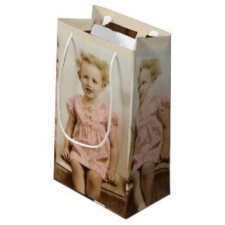 Petite fille blonde vintage dans le sac rose de