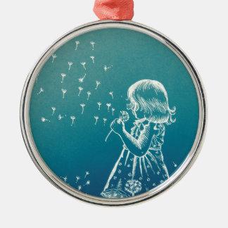 Petite fille soufflant sur un pissenlit ornement rond argenté