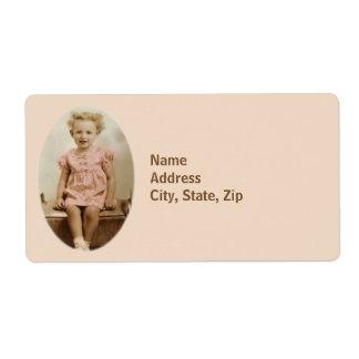 Petite fille vintage dans l'étiquette d'expédition étiquette d'expédition