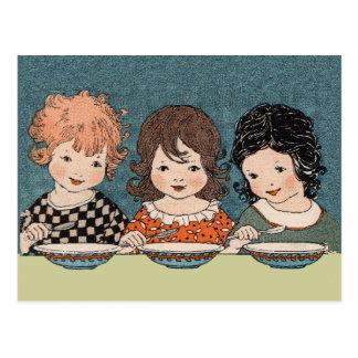 Petites filles vintages mangeant des soeurs de la carte postale
