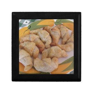 Petits croissants salés faits maison avec la boîte à souvenirs