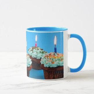 Petits gâteaux d'anniversaire et bougies de tasse