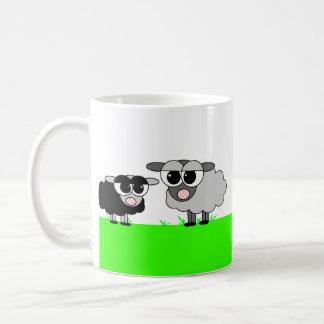 Petits moutons noirs mignons et grande tasse grise