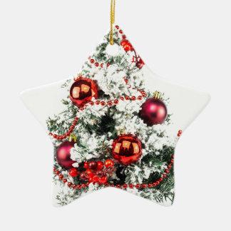 Peu arbre de Noël décoré avec des babioles Ornement Étoile En Céramique