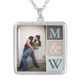 Photo de couples d'amour et collier de monogramme