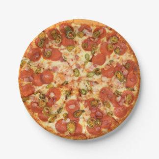 photo entière délicieuse de jalapeno de pepperoni assiettes en papier