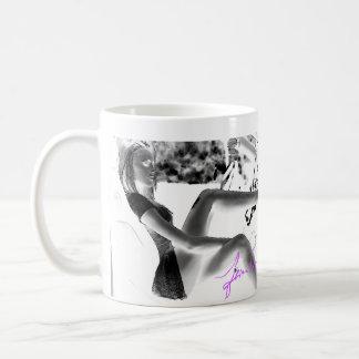 Photo noire et blanche de hottie dans la voiture mug blanc