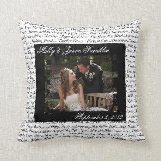 Photographie de mariage avec le coussin romantique