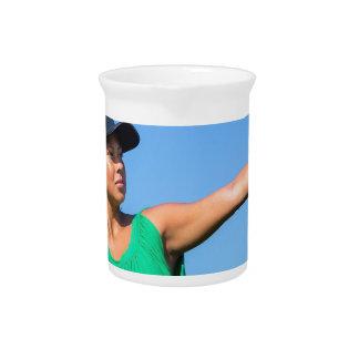 Pichet Femme avec de gant et de casquette le base-ball de