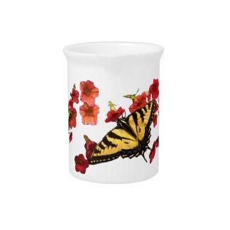 Pichet Papillons de machaon de tigre sur les fleurs