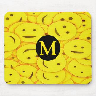 Piles de monogramme heureux souriant mignon jaune tapis de souris