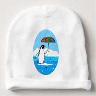 Pingouin dans la neige sur le casquette de bébé bonnet pour bébé