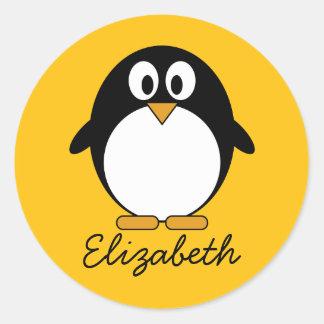 Pingouin mignon et moderne de bande dessinée autocollant rond