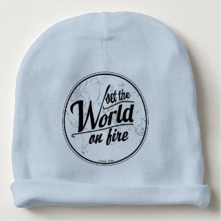 Placez le monde sur le bébé du feu bonnet pour bébé