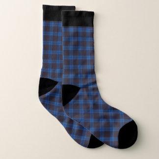 Plaid bleu et chaussettes noires