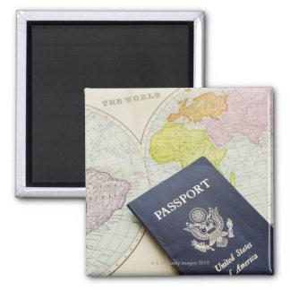 Plan rapproché de passeport se trouvant sur la car magnet carré