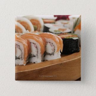 Plan rapproché des sushi dans un plateau badge carré 5 cm