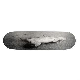 Planche à roulettes d'animal tué sur une route par planches à roulettes customisées