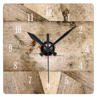 Planches et horloge en bois de boulon