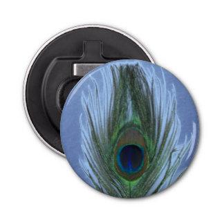 Plume bleue de paon sur bleu-foncé décapsuleur