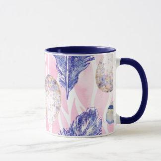 Plumes, tasse de café repérée de région boisée