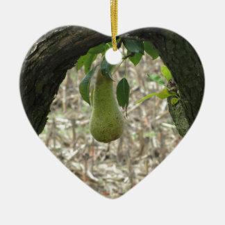 Poire verte simple accrochant sur l'arbre ornement cœur en céramique