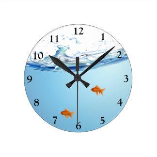 Poisson rouge sous l'aquarium de l'eau horloge ronde