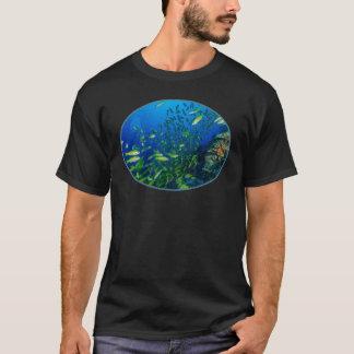 Poissons tropicaux du T-shirt de mer de corail