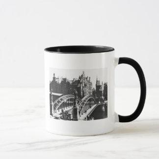 Pont dans le Speicherstadt Hambourg, c.1910 Mug