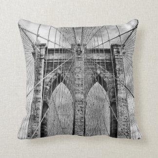 Pont de Brooklyn noir et blanc Coussin