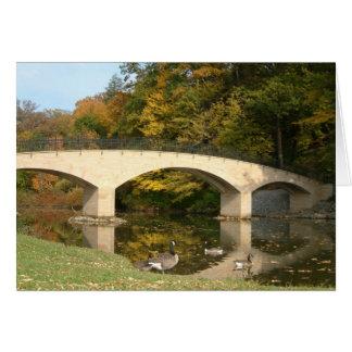 Pont en arc-en-ciel dans l'automne à l'université carte