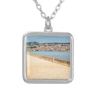 Port grec Argostoli de ville avec la route sur le Collier