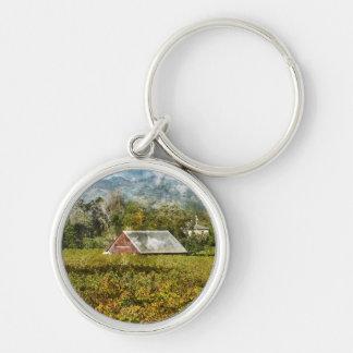 Porte-clés Grange rouge dans un vignoble