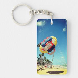 Porte-clés Parasail multicolore sur le sable de plage de la