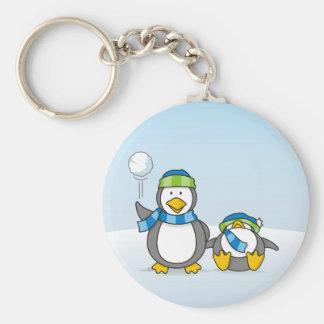Porte-clés Petit pingouin obtenant une boule de neige