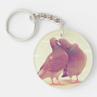 Porte-clés Rétros inséparables de pigeon embrassant la photo