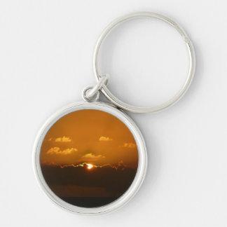 Porte-clés Sun derrière le paysage marin d'orange des nuages