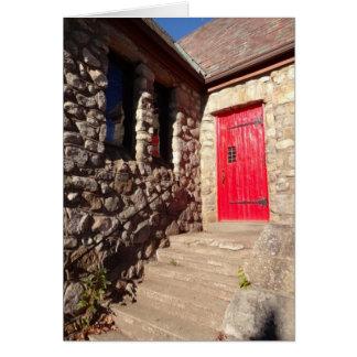 Porte rouge sur la carte de note inspirée d'église