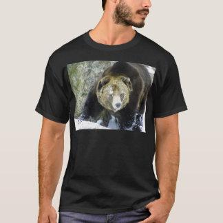 Portrait d'ours gris dans la neige t-shirt