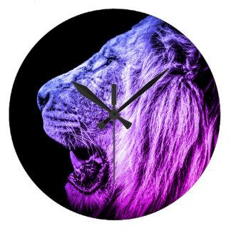 Portrait frais génial de lion dans le bleu pourpre grande horloge ronde