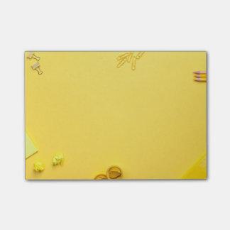 Post-it® Accessoires d'école sur l'arrière - plan jaune