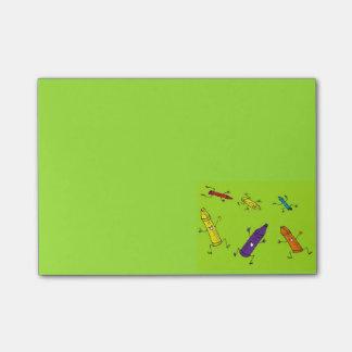Post-it® notes de post-it heureuses de crayons
