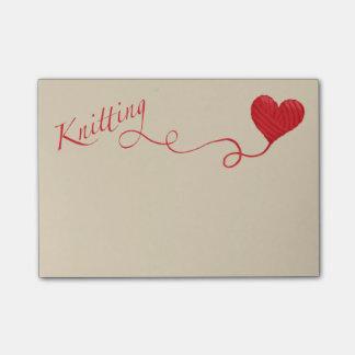 Post-it® Tricotage avec le fil de coeur en rouge