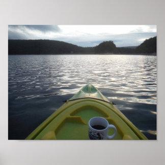 Poster café de matin sur l'eau tout en kayaking
