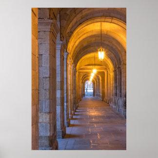 Poster Couloir en pierre allumé par lampe, Espagne