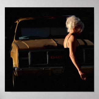 Poster Fille marchant par vieux camion de GMC