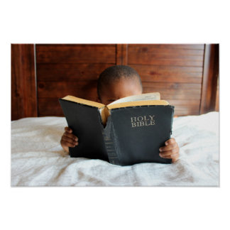 Poster Garçon lisant la Sainte Bible
